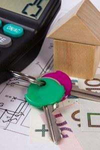 Schlüssel und Holzhaus